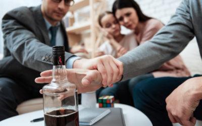 O czym należy pamiętać, gdy ktoś bliski walczy z uzależnieniem od alkoholu?