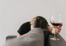 Amnezja alkoholowa, czyli szkodliwy wpływ alkoholu na mózg. Czym jest i jak się objawia?